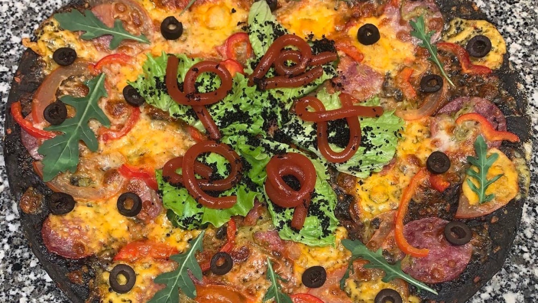 Черная пицца с червями из томатов, землей из маслин, копченой колбаской и овощами /500г/ — 430-00